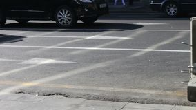 Automobilrad-Antrieb auf Stadtprospekt stock video