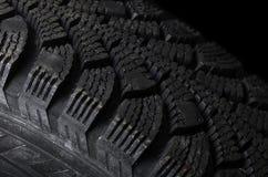 Automobilreifen auf schwarzem Hintergrund Stockbilder