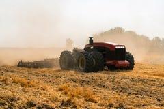 Autonom traktor på fältet arkivfoto