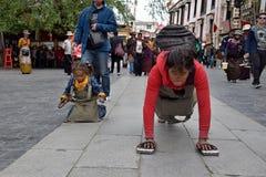 AUTONOME REGION LHASAS, TIBET, CHINA - CIRCA IM MAI 2018: Bemuttern Sie und ihre Tochter auf ihrer Pilgerfahrt nach Lhasa lizenzfreie stockbilder