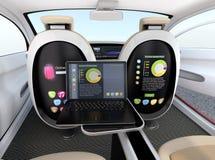 Autonomes Autoinnenraumkonzept Schirm des Sitzes und des Laptops, die das gleiche Dokument im Synchronisierungsmodus zeigen Stockfotografie