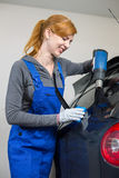 Autoomslag het kleuren autoraam in garage met een gekleurde folie of een film Royalty-vrije Stock Afbeelding