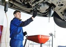 Autoonderhoud, olie en filter het vervangen stock afbeelding
