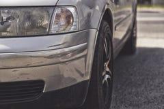 Autoongeval, beschadigd voertuig na neerstorting Stock Foto's