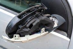 Autoongeval, zilveren auto met gebroken achteruitkijkspiegel royalty-vrije stock afbeelding