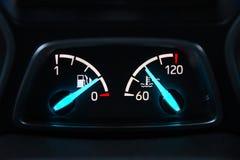 Autopaneel met van de brandstofniveau en temperatuur pijlen royalty-vrije stock foto's