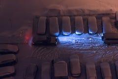 Autoparken im Schnee nachts Lizenzfreie Stockbilder