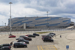 Autoparken in Sochi-Olympiapark gegen den Hintergrund der Eisarena Waschmaschine Stockbilder