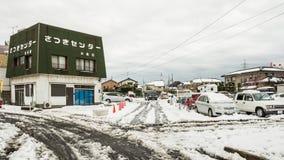 Autoparken umfasst im Schnee Stockbild