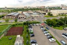 Autoparkeren in de straatmening van de hoogte van de stad Moskou Royalty-vrije Stock Foto