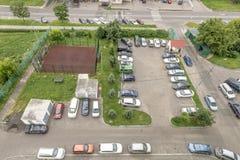Autoparkeren in de straatmening van de hoogte van de stad Moskou Royalty-vrije Stock Foto's