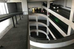 Autoparkeren met meerdere verdiepingen ingang aan het parkeerterrein royalty-vrije stock fotografie