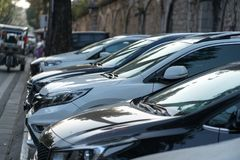 Autoparkeren op bestrating op de straat van Hanoi, Vietnam De stad heeft kwestie het niet hebben van autoparkeerplaats Stock Foto's