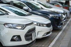 Autoparkeren op bestrating op de straat van Hanoi, Vietnam De stad heeft kwestie het niet hebben van autoparkeerplaats Royalty-vrije Stock Afbeelding