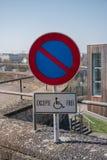 Autoparkeren voor gehandicapte mensen Gehandicapte parkerenplaats royalty-vrije stock foto