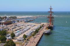 Autoparking, πρόσδεση, δεμένες σκάφη και θάλασσα Warnemnde, $ροστόκ, Γερμανία στοκ φωτογραφία με δικαίωμα ελεύθερης χρήσης