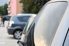 AutoParkplatz draußen Lizenzfreie Stockbilder
