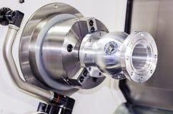 Autopart di alluminio di tornitura dell'operatore dal tornio di CNC Fotografia Stock Libera da Diritti