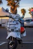 Autoped Vespa op oude straat in Cagliari, Italië op Augustus 2016 wordt geparkeerd die stock foto