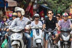 Autopedden en mens in glazen op een fiets in Hanoi, Vietnam royalty-vrije stock foto's