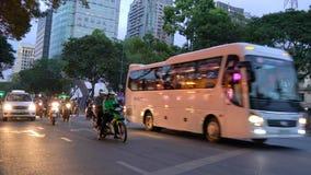 Autopedden, motorfietsen, auto's, verkeer en mensen op de nachtstraten van Ho Chi Minh City, Vietnam stock video