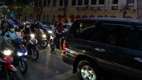 Autopedden, motorfietsen, auto's, verkeer en mensen op de nachtstraten van Ho Chi Minh City, Vietnam stock videobeelden