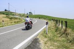 Autopedreizen op een weg Stock Afbeelding