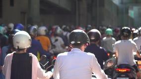 Autopedwaterval in Taiwan Opstopping overvol van motorfietsen stock videobeelden