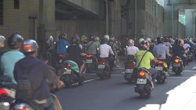 Autopedwaterval in Taiwan Opstopping overvol van motorfietsen stock footage