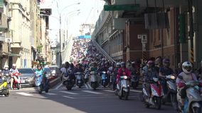 Autopedwaterval in Taiwan Opstopping overvol van motorfietsen stock video