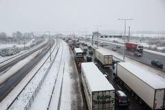 Autopista británica M1 durante tormenta de la nieve fotografía de archivo