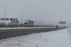 Autopista británica M1 durante tormenta de la nieve Foto de archivo libre de regalías