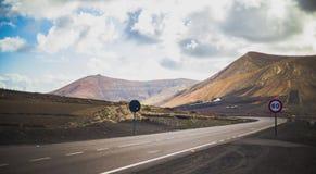 Autopista cerca de las montañas Imagen de archivo libre de regalías