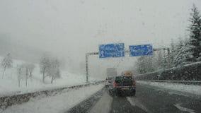 Autopista de Austria Conducción del tiro, punto de vista del conductor Cantidad que conduce en la carretera durante las nevadas almacen de video