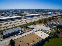 Autopista 25 en área industrial en Denver fotos de archivo