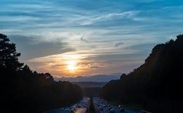 Autopista 440 en Raleigh, Carolina del Norte en la puesta del sol fotografía de archivo libre de regalías