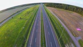 Autopista moderna de la carretera de la visión aérea almacen de video