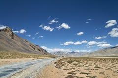 Autopista nacional entre las montañas de la mucha altitud Imagen de archivo
