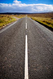 Autopista recta en las montañas escocesas, Escocia, Reino Unido Imagenes de archivo