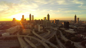 Autopista sin peaje aérea del paisaje urbano de Atlanta metrajes