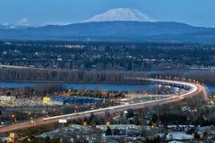 Autopista sin peaje de la autopista 205 durante hora del azul del río Columbia Imágenes de archivo libres de regalías