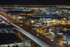 Autopista sin peaje de Las Vegas en la noche imagen de archivo