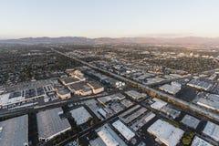 Autopista sin peaje de San Diego 405 de la visión aérea cerca de Roscoe Blvd en Los Angele fotografía de archivo libre de regalías