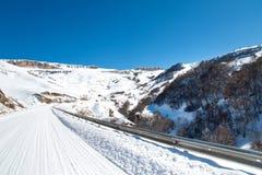 Autopista sin peaje del invierno en las montañas Foto de archivo libre de regalías
