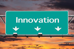 Autopista sin peaje a la señal de tráfico de la innovación Fotos de archivo