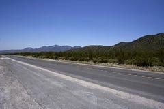 Autopista sin peaje vacía con la raya amarilla imagenes de archivo