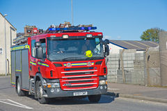 Autopompa antincendio sul suo modo ad un fuoco Immagine Stock