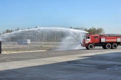 Autopompe antincendio e getto di acqua Immagini Stock Libere da Diritti