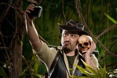 Autoportrait avec le crâne Photographie stock libre de droits
