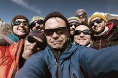 Autoportrait d'équipe de grimpeurs de montagne souriant et heureux Images libres de droits